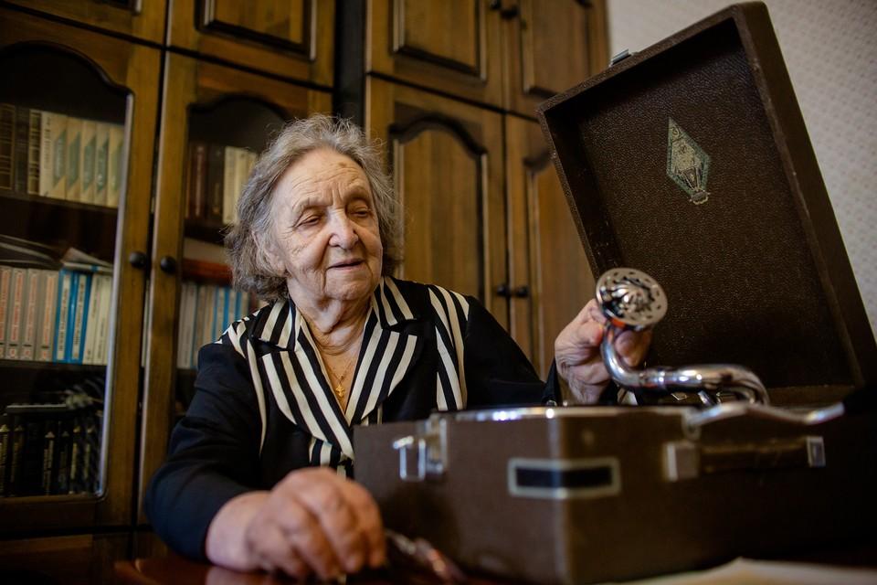 Маргарита Титова слушает голос отца на пластинке 1941-го года.