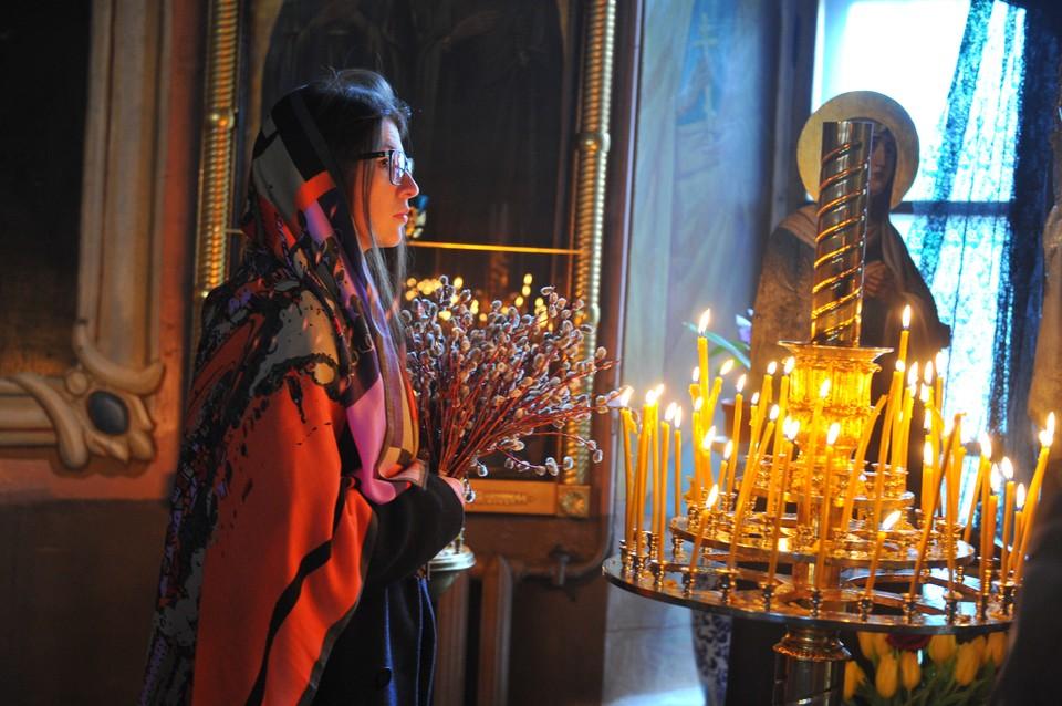 Многие пришли в храмы.