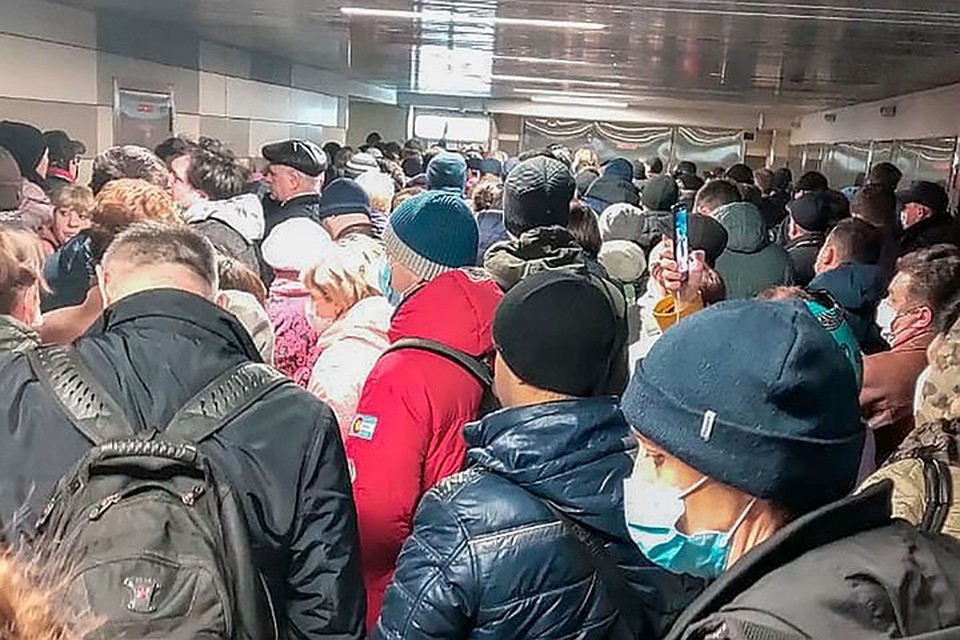 В первый же день, 15 апреля, москвичи столкнулись с проблемами - пробки на дорогах, очереди в метро. Фото: Ольга Кожокина/ТАСС