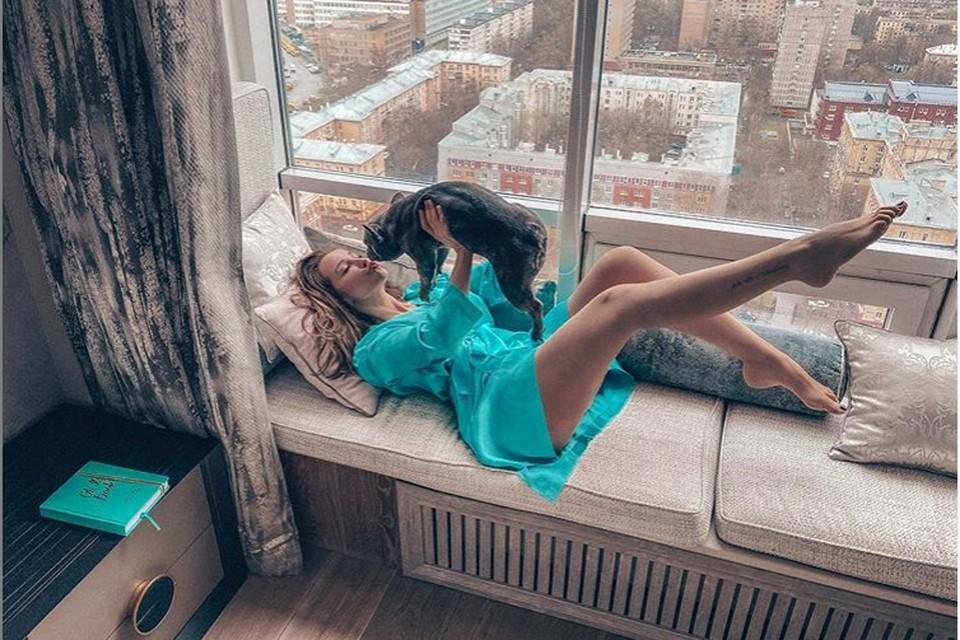 «Чем дольше карантин, тем откровеннее фото»: Анфиса Чехова похвасталась сочными формами