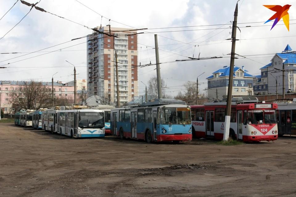 Троллейбусы ждут свою судьбу в парке.