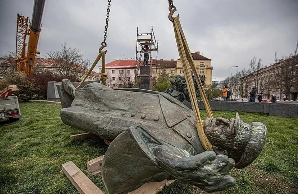 Памятник Конева Фото: EPA/MARTIN DIVISEK/ТАСС