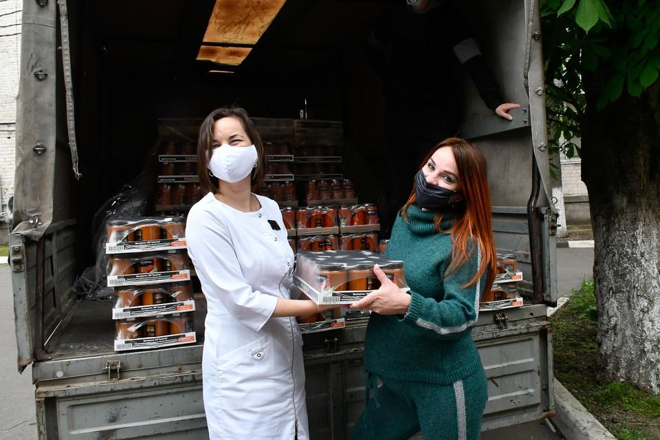 Анна Артемьева вместе с друзьями из консервного завода помогает разгружать соленья для медиков