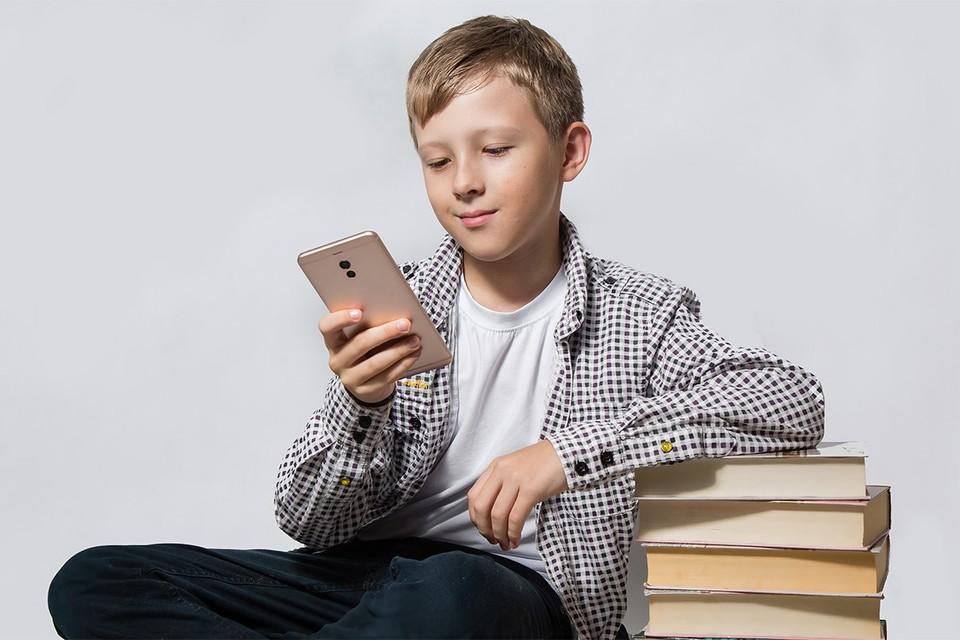 В Минпросвещения рекомендовали полностью исключить смартфоны из учебного процесса.