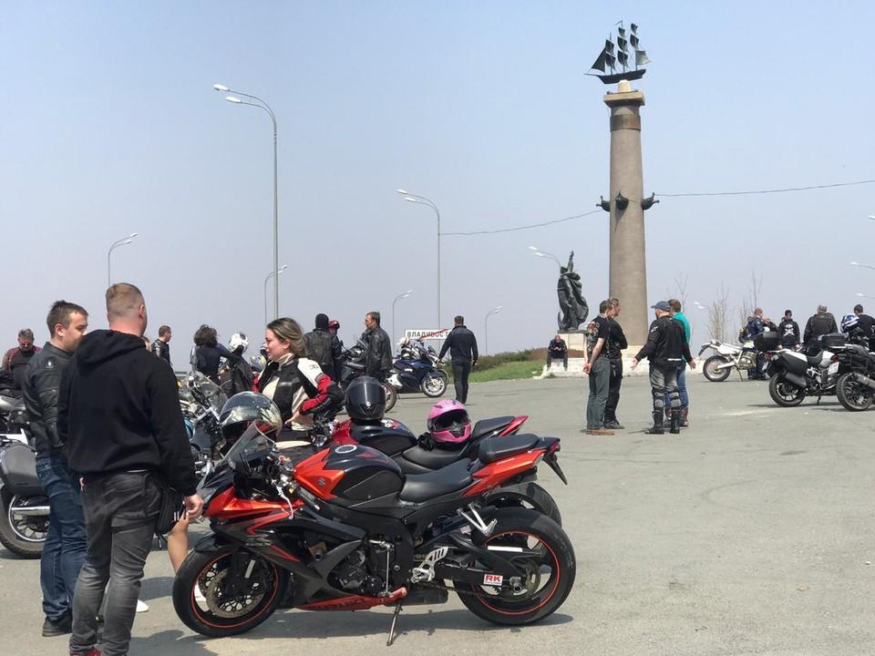 Байкеры 2 мая возле ростральной колонны на въезде во Владивосток