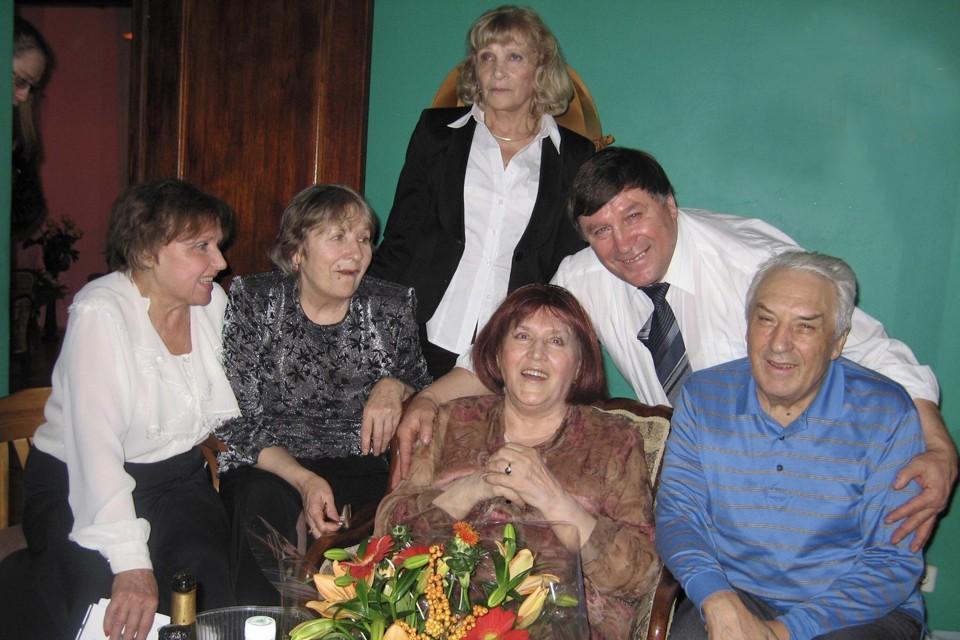 На снимке: Нонна Мордюкова (в центре), слева направо - сестры Татьяна, Наталья и Людмила, братья Василий и Геннадий. Москва, Крылатское, 25 ноября 2007 года