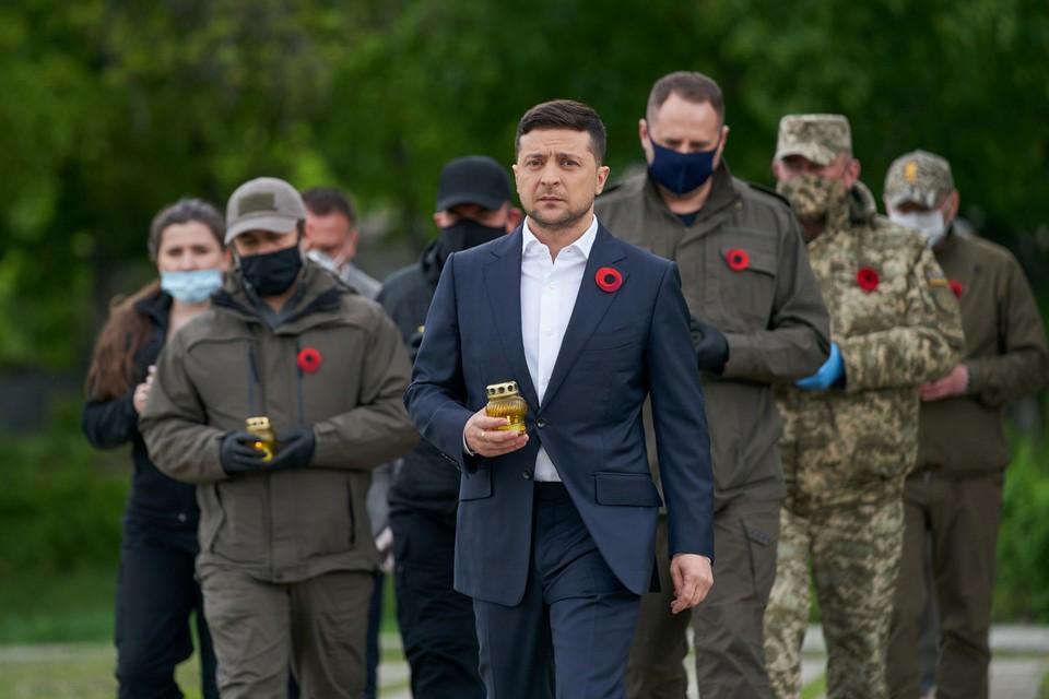 Владимир Зеленский почтил память погибших 8 мая – в День памяти и примирения. Никаких официальных мероприятий ни 8, ни 9 мая в незалежной не планировалось.