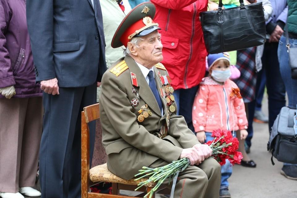Липчане поздравили ветерана с Днем Победы