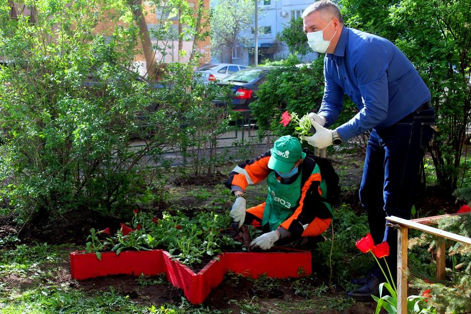 Волонтеры помогли подарить тольяттинским ветеранам праздничное настроение / Фото: ЭкоВоз