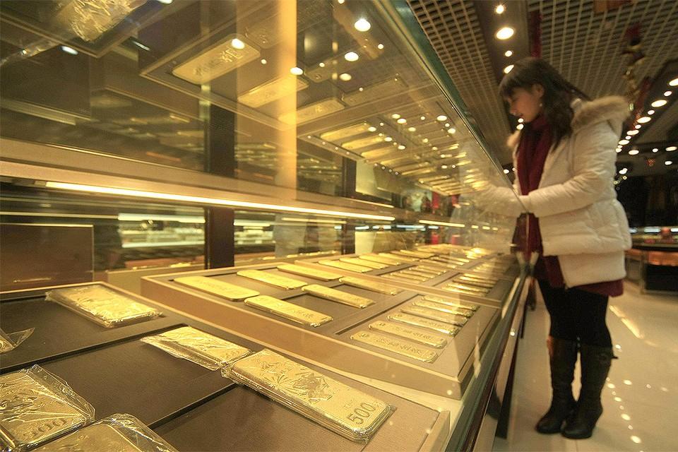 Витрина с золотыми слитками в магазине Шанхая, Китай.