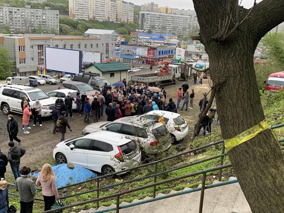 Жители окрестных домов вышли на митинг, несмотря на дождь и самоизоляцию