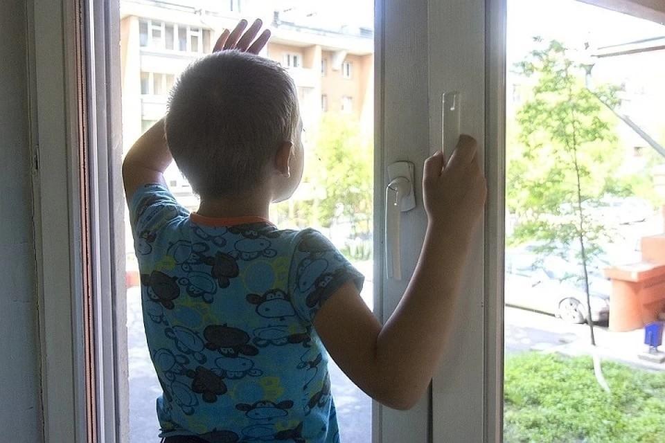 Днем, 18 мая, в Заельцовском районе Новосибирска из окна выпал 4-летний мальчик.