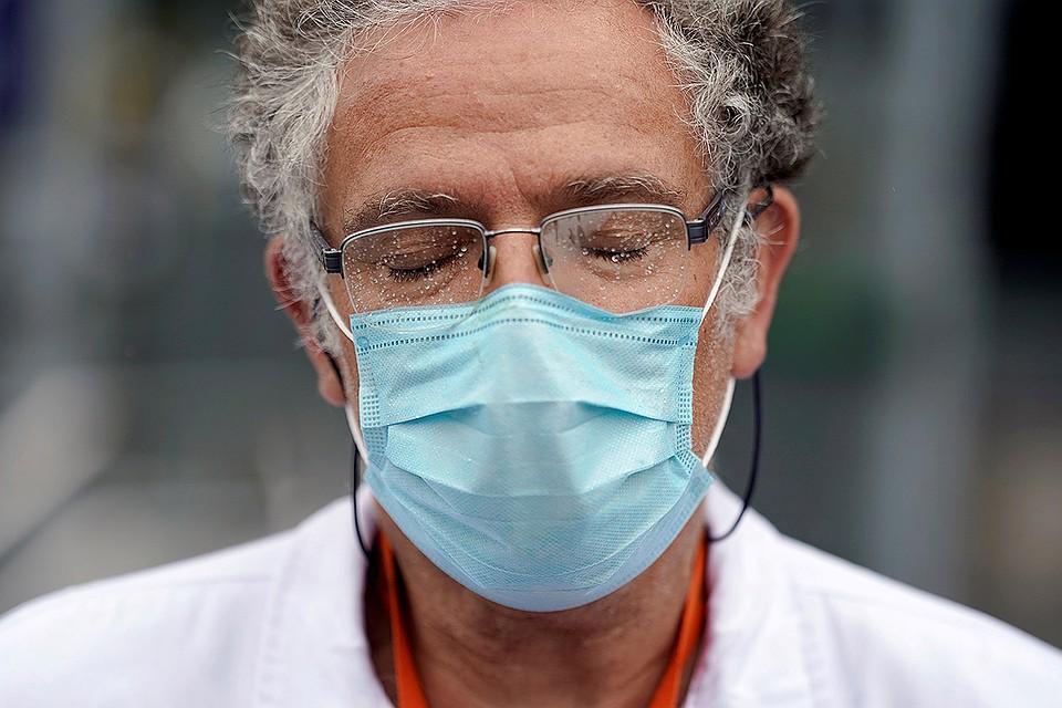 Врач во время минуты молчания в Мадриде в память об умерших из-за коронавируса испанских медиках.