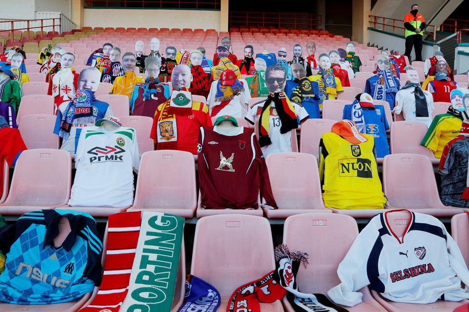 Немцы в выходные первыми возобновили свой чемпионат по футболу. Перед первыми матчами на трибунах разных стадионов разложили майки всех 18 клубов Бундеслиги.