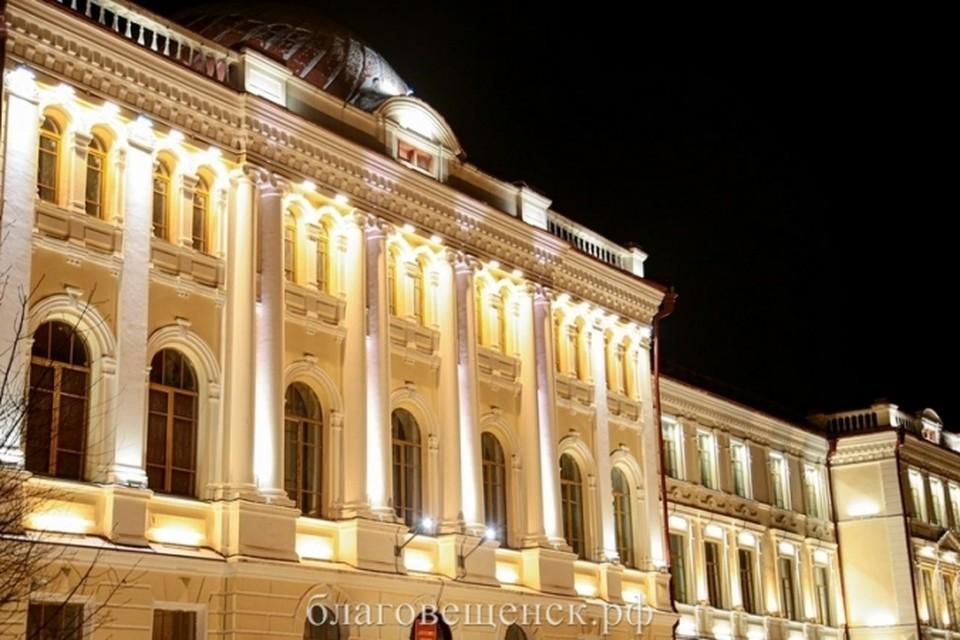 Работы по архитектурной подсветке городских зданий начались в прошлом году. Фото: admblag.ru