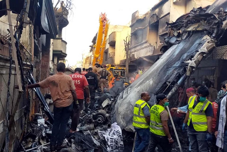 вчера. Airbus A320 после двух неудачных попыток уйти на посадку рухнул на жилые кварталы Карачи