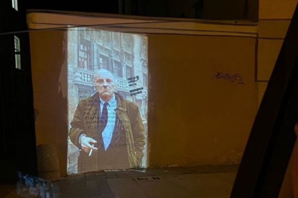 Инициативный петербуржец вернул Бродского на стену, что находится напротив его дома, в Санкт-Петербурге. Фото: instagram.com/mikhail_antykov