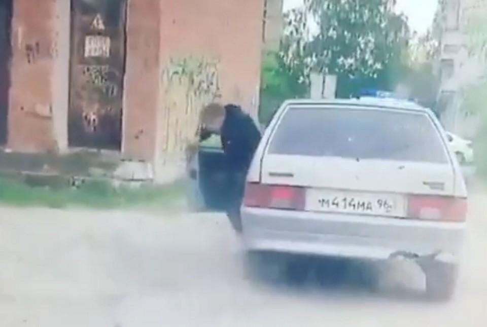 Как только подросток понял, что ему не скрыться от полицейских, он на полном ходу выскочил из машины. Фото: скриншот с видео