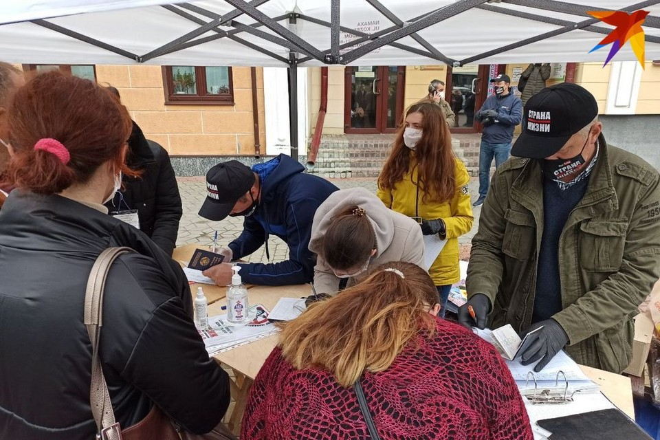 Сборщики подписей в поддержку претендентки в кандидаты в президенты Светланы Тихановской расположились на площадке возле кинотеатра Беларусь.