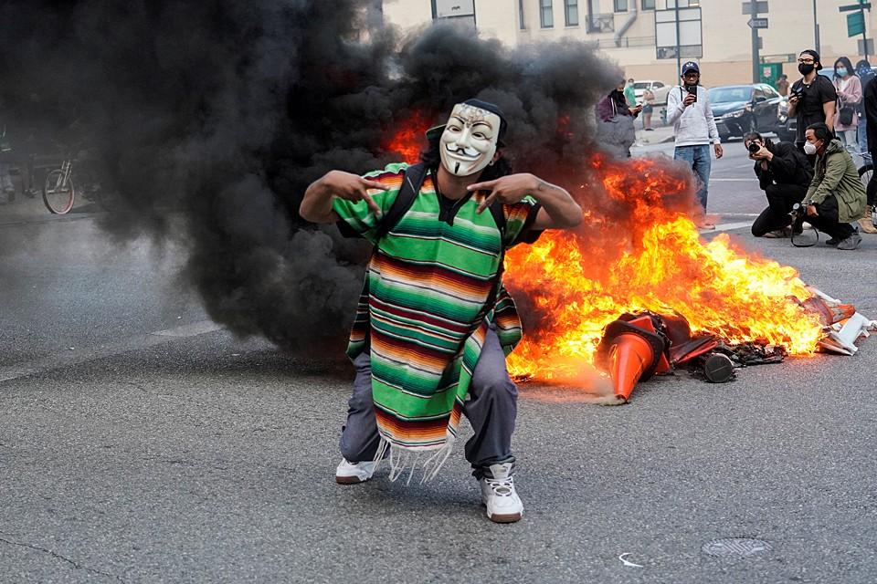 Толпа погромщиков пытается захватить правительственные здания, отмечены многочисленные поджоги и разграбления