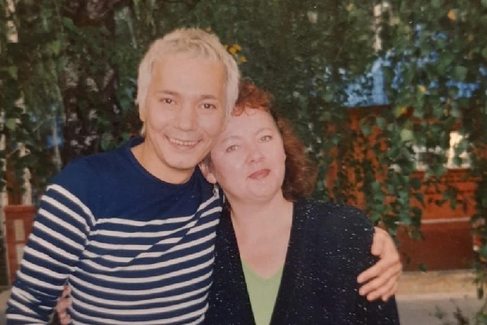 По словам женщины, она узнала сына во время одного из концертов по телевидению, нашла адрес, написала, он ответил.