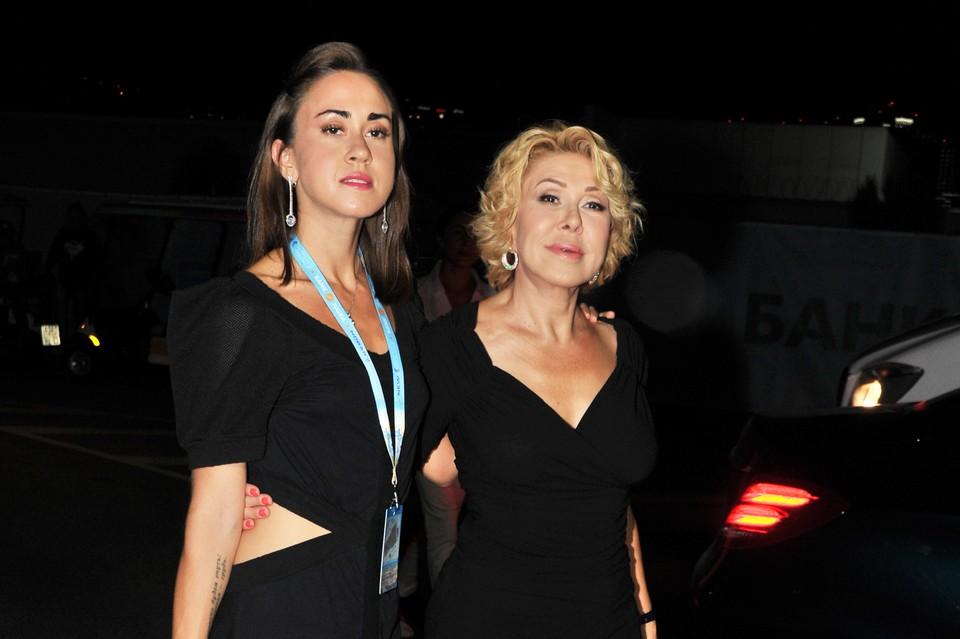 Любовь Успенская на выпады дочери (на фото слева) пока не отреагировала.