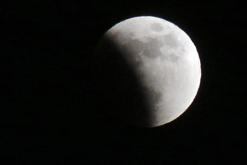 Лунные затмения случаются только в полнолуние, когда Земля встаёт на одну линию между Луной и Солнцем
