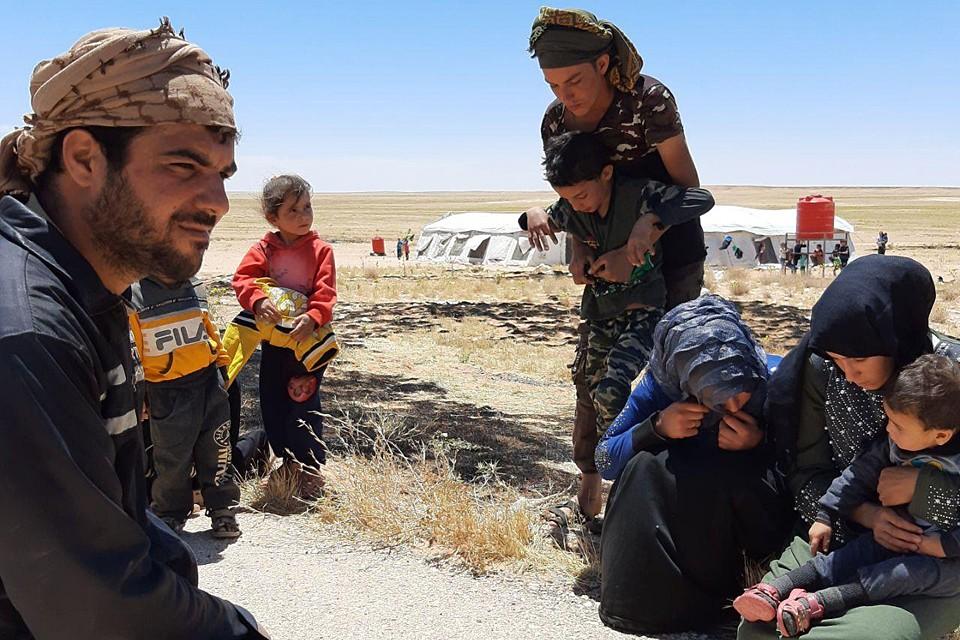 Беженцы выехали из лагеря «Рукбан» в кузове грузовика, спрятавшись посреди пожитков