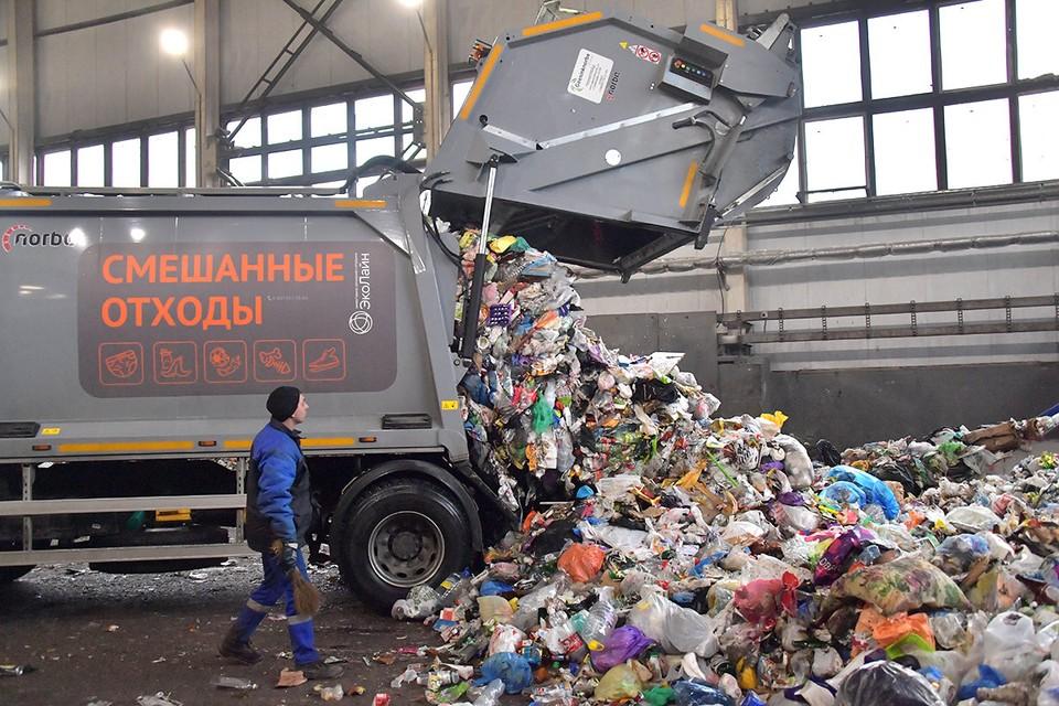 Разгрузка на территории мусоросортировочного комплекса.