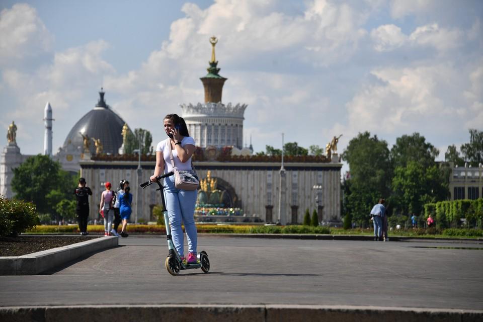 Москва возвращается к нормальной жизни.