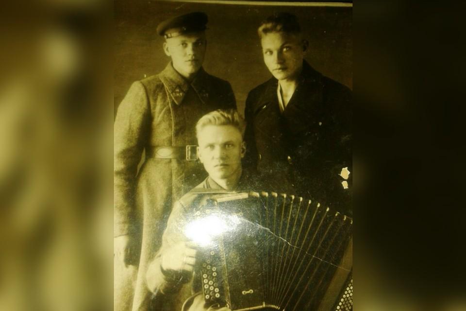 Александр Алексеевич Давыдов со своими братьями. Фото: Семейный архив Арсения Шелехова