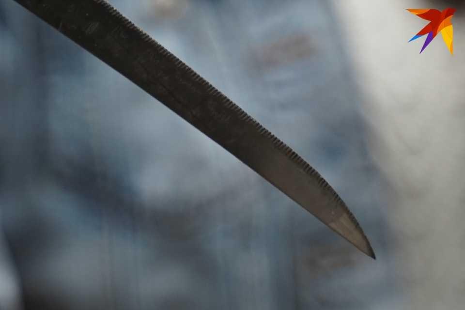 Мужчина приревновал жену и схватился за нож.