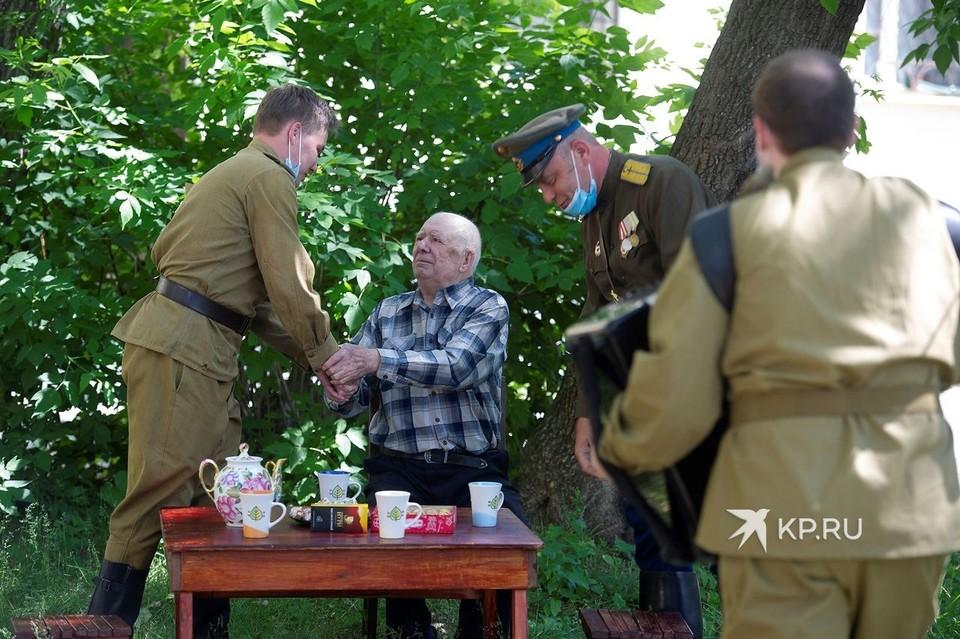 Поздравление с 75-летие Победы Александр Николаевич принимал во дворе своего дома.