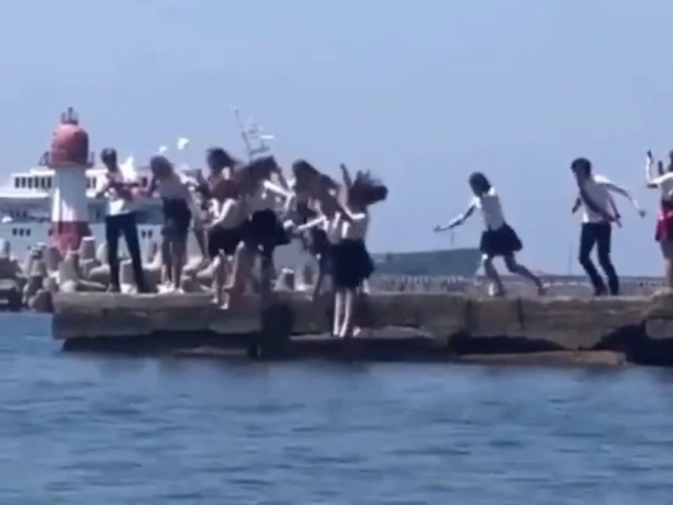 В Сочи выпускники прыгнули с буны в море в школьной форме. Фото: @live.sochi