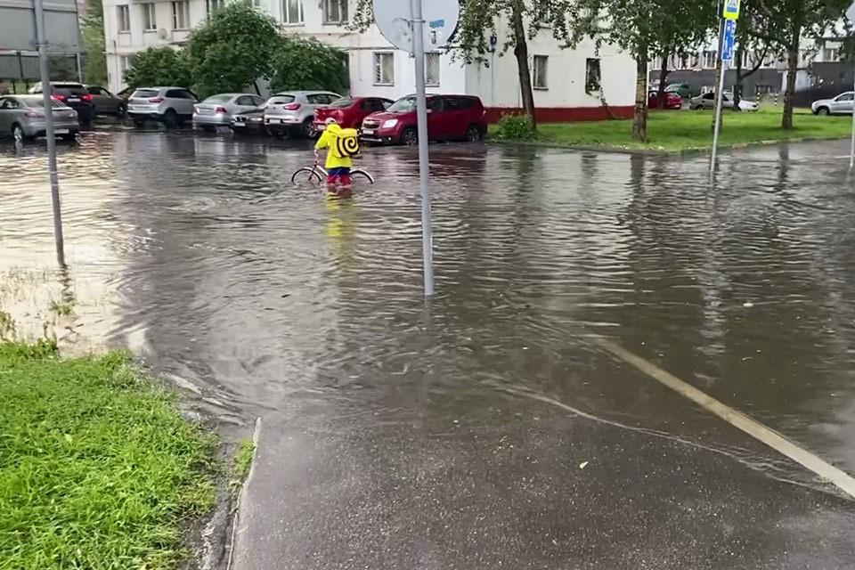 В некоторых районах столицы дождь буквально затопил улицы. Так, на Госпитальном переулке камеры зафиксировали курьера, который оказался по колено в воде.