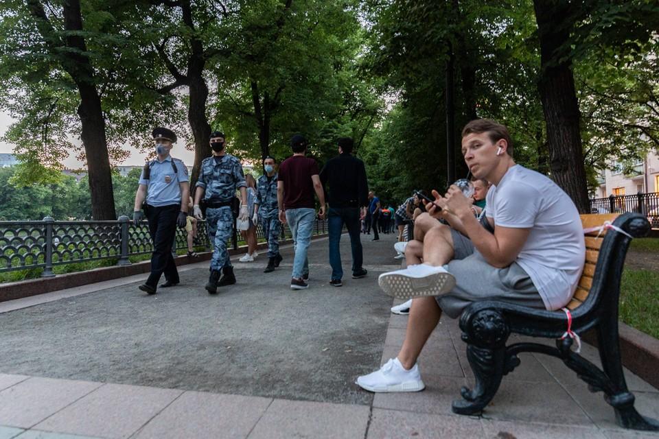 После протестов местных жителей Патриаршие каждый вечер патрулируют десятки сотрудников Росгвардии и МВД.