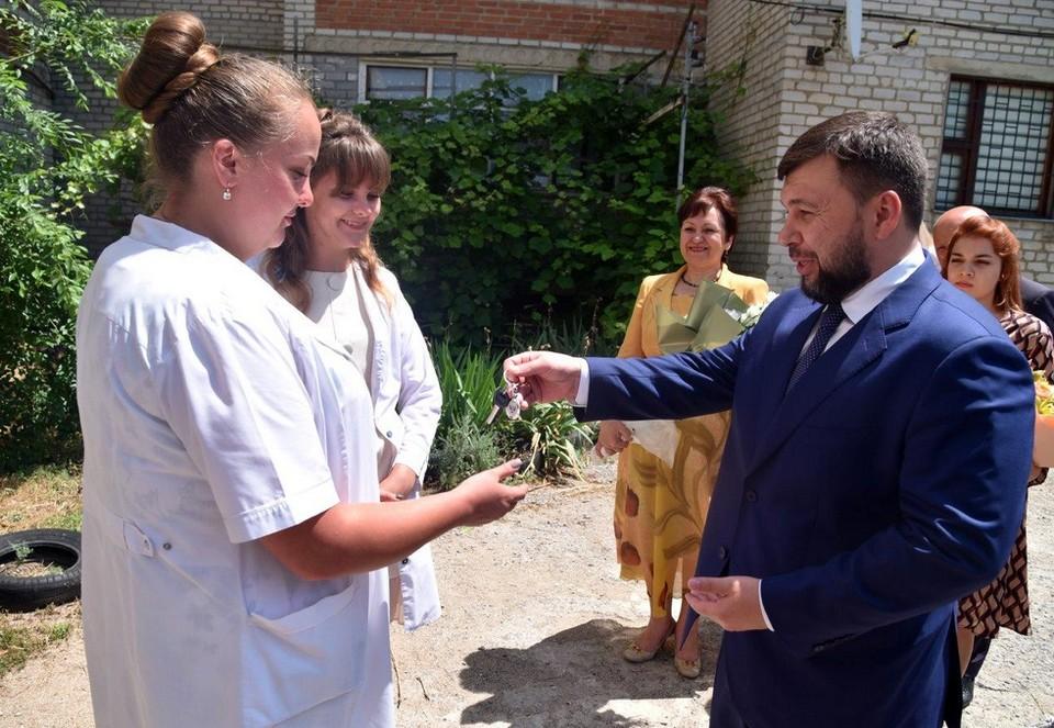 Пушилин вручил ключи от квартиры в Новоазовске молодым врачам. Фото: glavadnr.ru