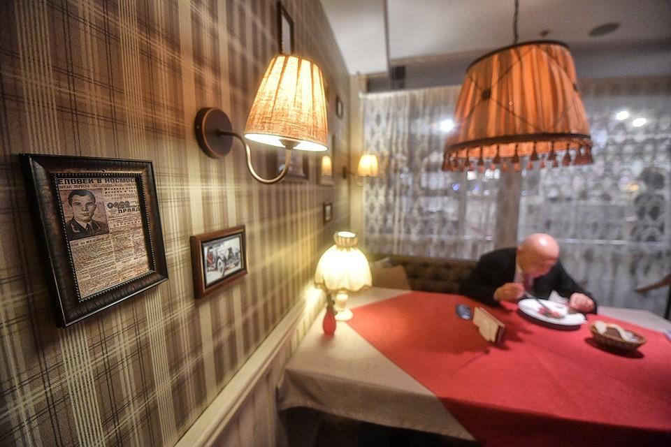 В Москве вновь открылись рестораны и кафе.