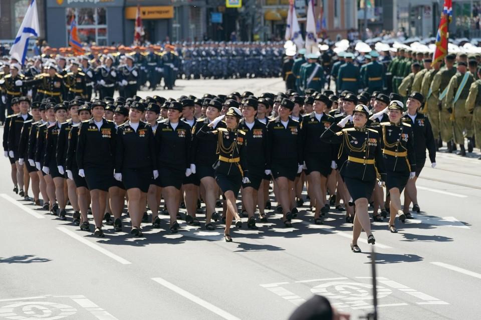 Если присмотреться, то видно, четвертая с конца девушка (слева), шагает без туфельки.