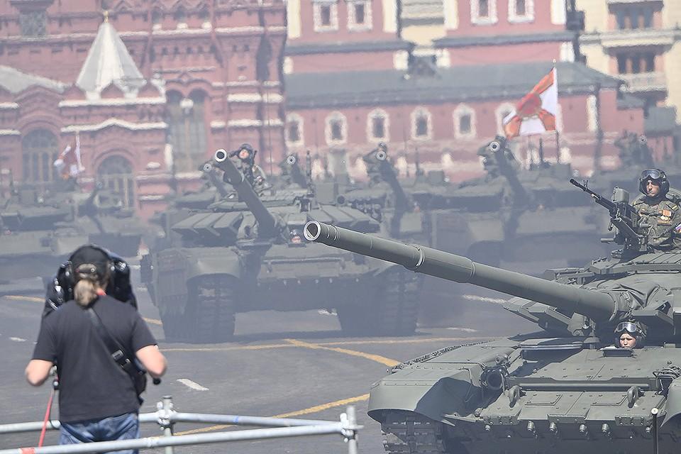 Работа телеоператора во время прохода колонны бронетехники по Красной площади.