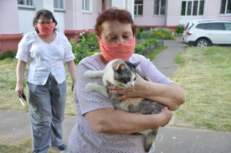 Женщина пришла на участок для голосования с домашним питомцем - кошкой Мармышкой Фото: ПТО