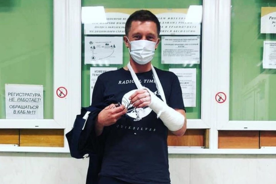 Сергею Ерженкову наложили гипс на руку. Фото: со страницы Ксении Собчак в instagram.com/xenia_sobchak