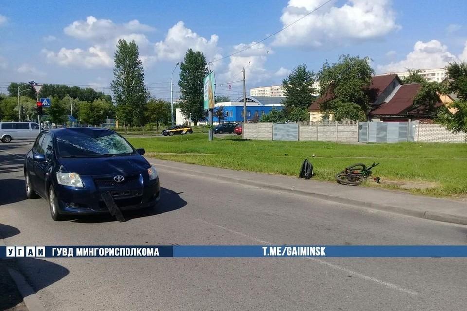 Велосипедист в Минске врезался в остановившийся автомобиль. Фото: Телеграм-канал УГАИ ГУВД Мингорисполкома