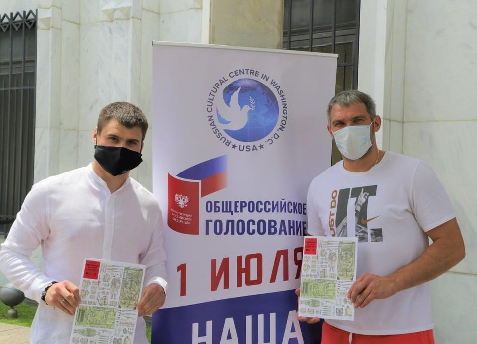 Российские хоккеисты Александр Овечкин и Дмитрий Орлов на участке для голосования в Вашингтоне.