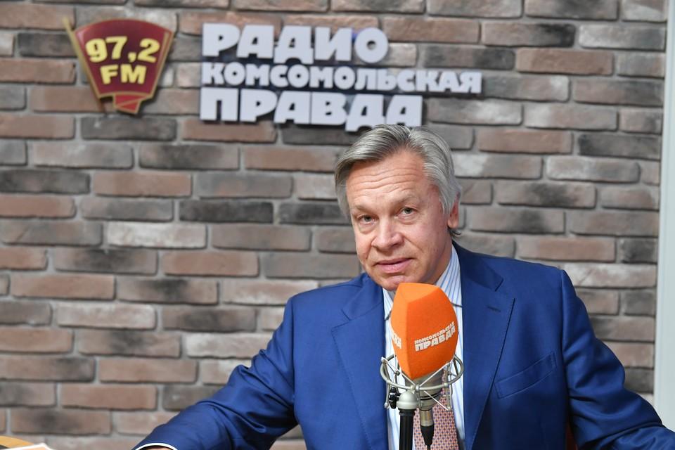 Сенатор Алексей Пушков отметил слабость и нерешительность президента Украины Владимира Зеленского в вопросе наказания для Петра Порошенко