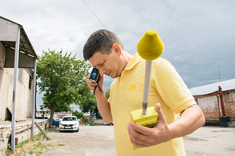 Специалист Центра измерения и экспертиз Сергей Проценко измеряет расстояние до БС