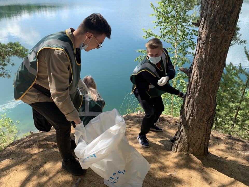 Волонтеры почистили берег Голубого карьера.
