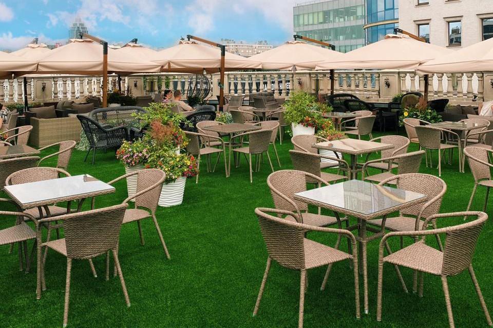 На крыше Центрального рынка появилось зеленое покрытие, поставили более 30 столики, плетеные стулья, мягкие диваны, подвесные кресла