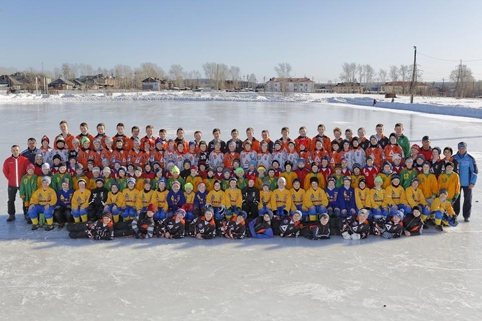 В хоккейно-футбольном клубе «Спутник» сейчас тренируются около 200 детей Карпинска. Фото из архива клуба