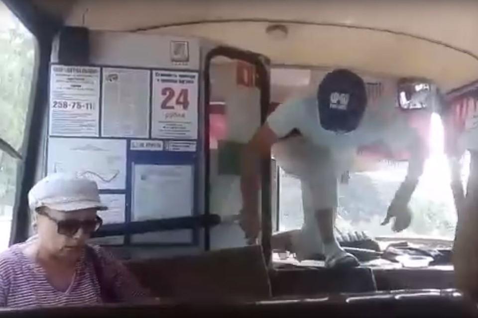 Разьяренный водитель автобуса ловко запрыгнул в салон. Фото: vk.com/nvsvk